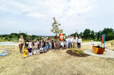 Duża grupa dzieci z Burmistrzem Arkadiuszem Czechem i Jolantą Tuszyńską na nowym placu zabaw mBanku w Starych Tarnowicach