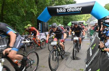 Grupa rowerzystów na trasie maratonu