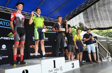 3 mężczyzn na podium z medalami