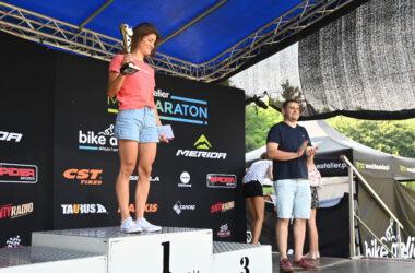 Kobieta z pucharem na podium