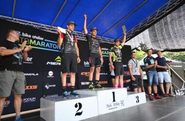 3 mężczyzn z medalami na podium