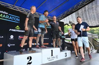 Wręczanie medali trzem mężczyznom na podium