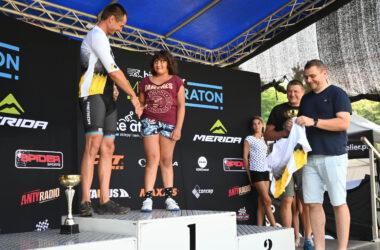 Mężczyzna i dziewczynka na podium podają sobie ręce