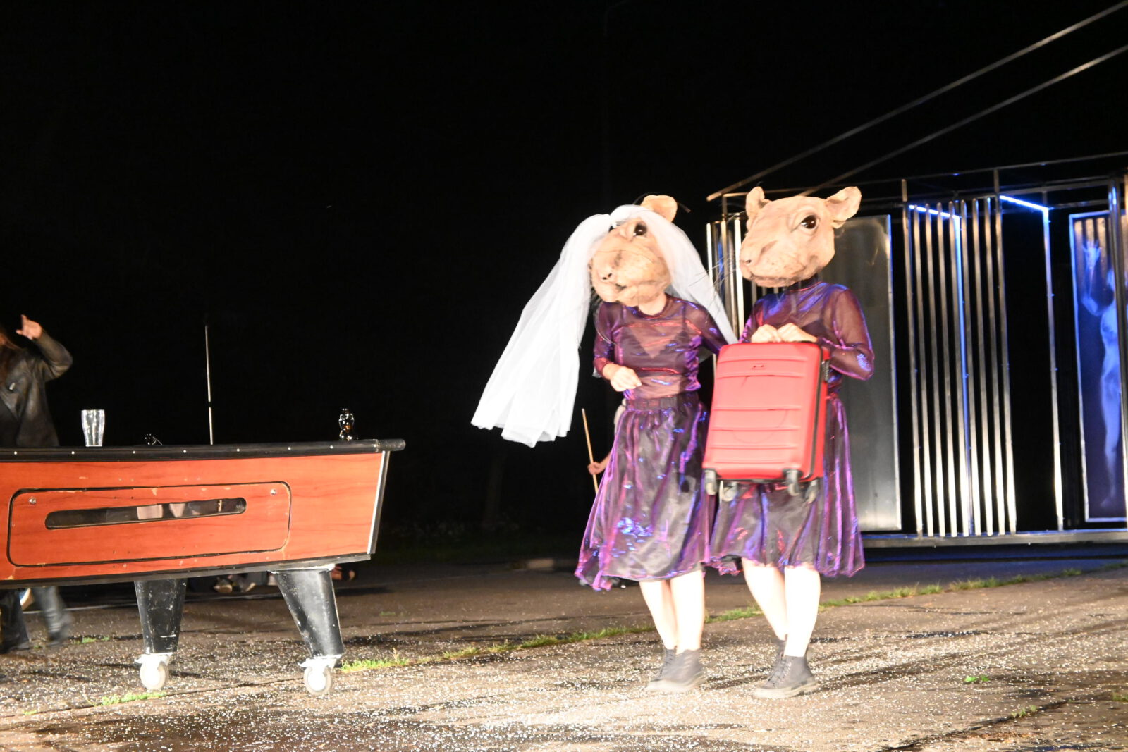 2 aktorki przebrana za myszy w tym 1 z walizką w rękach