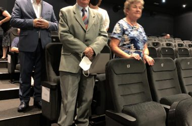 Pamiątkowe zdjęcie pary Jubilatów z Burmistrzem Arkadiuszem Czechem i Aleksandrą Łuczak.