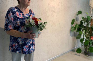 Pamiątkowe zdjęcie Jubilatki z kwiatami.