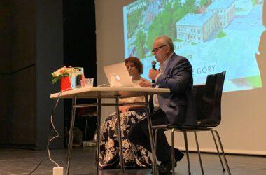 Burmistrz Arkadiusz Czech z Aleksandrą Łuczak przy stoliku na scenie.