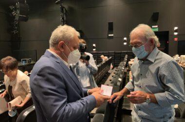 Jubilat odbiera medale z rąk Burmistrza Arkadiusza Czecha