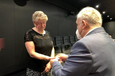 Jubilatka odbiera medale z rąk Burmistrza Arkadiusza Checha