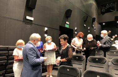 Jubilatka odbiera medale z rąk Burmistrza Arkadiusza Czecha