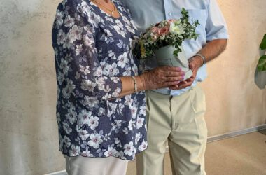 Pamiątkowe zdjęcie pary Jubilatów z kwiatami.