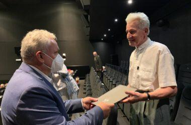Jubilat odbiera dyplom z rąk Burmistrza Arkadiusza Czecha