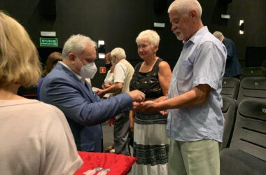 Para Jubilatów odbiera dyplom z rąk Burmistrza Arkadiusza Czecha