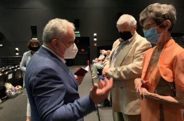 Jubilaci odbierają medale z rąk Burmistrza Arkadiusza Checha