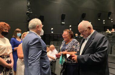 Para Jubilatów odbiera medale z rąk Burmistrza Arkadiusza Czecha