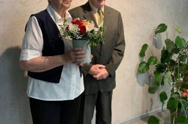 Pamiątkowe zdjęcie Jubilatów z kwiatami.