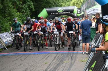 Grupa rowerzystów na starcie maratonu