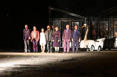 7 aktorów na koniec spektaklu z pojazdem w kształcie łabędzia