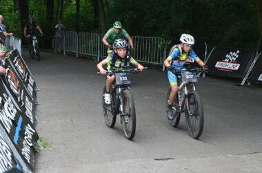 4 rowerzystów na trasie maratonu w parku w Reptach