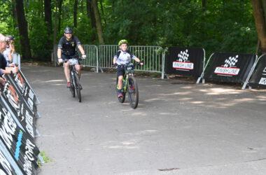Dwóch rowerzystów na trasie maratonu w parku w Reptach