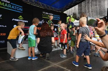 Grupa dzieci nagradzana po udziale w maratonie