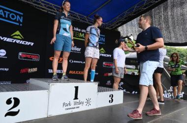 Wręczanie pucharów kobietom na podium