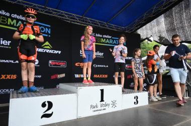 Wręczanie medali dzieciom na podium
