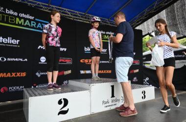 Wręczanie medali 2 dziewczynkom na podium