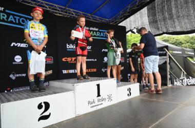 3 chłopców z medalami na podium