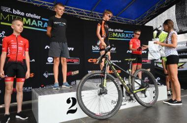 Wręczanie medali 4 chłopcom z rowerem przed podium