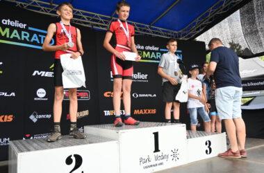 3 chłopców na podium z medalami