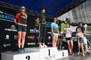 3 kobiety na podium - wręczanie medali
