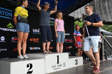 Wręczanie medali 3 kobietom na podium