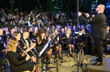 Aleksander König dyrygujący Parafialną Kamiliańską Orkiestrą Dętą