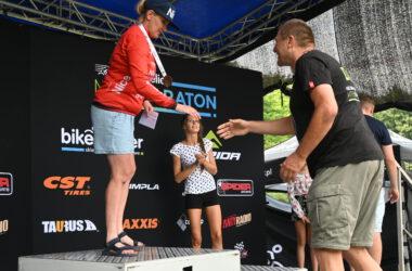 Mężczyzna gratuluje kobiecie z medalem na podium