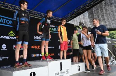 Wręczanie medali 4 chłopcom