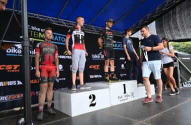 Wręczanie medali 4 mężczyznom