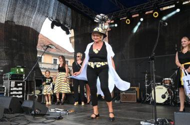 4 kobiety i dziewczynka na scenie w tarnogórskich barwach podczas pokazu mody