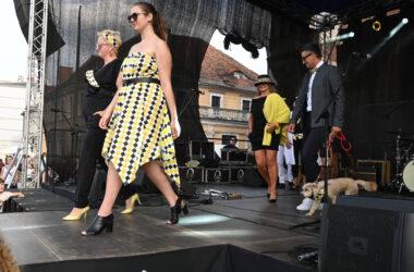 Na scenie na pierwszym planie dwie kobiety w tarnogórskich strojach. Na drugim planie mężczyzna z psem i kobieta w kapeluszu.
