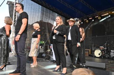 6 osób na scenie podczas pokazu mody