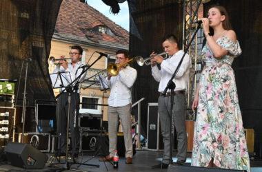 3 muzyków i wokalistka z Silesian Brass Quartet na scenie