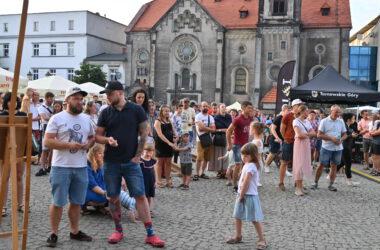 Publiczność na Rynku w Tarnowskich górach na tle kościoła Ewangelickiego.