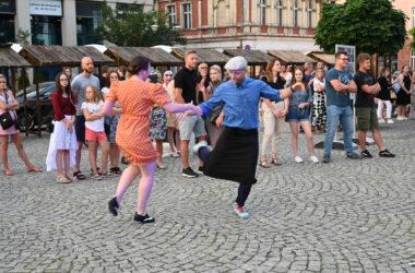 Tańcząca para na tle ludzi zgromadzonych na tarnogórskim rynku.