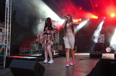 2 wokalistki zespołu Tukej na scenie