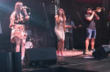 2 Wokalistki zespołu Tukej z muzykami na scenie