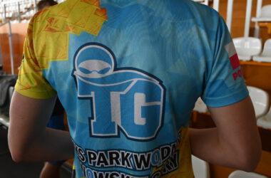 Tył błękitno żółtej koszulki z logo TKS Park Wodny Tarnowskie Góry