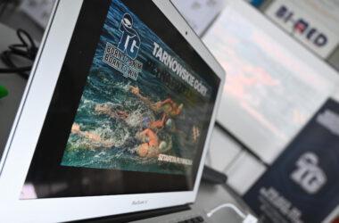 Grafika sztafety na otwartym ekranie laptopa.