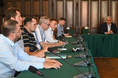 Mężczyźni w sali sesyjnej Ratusza