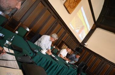 Trzech mężczyzn w sali sesyjnej Ratusza