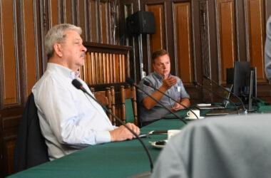Burmistrz Piotr Skrabaczewski przy stole na sali sesyjnej z przedstawicielem firmy Naturstrom